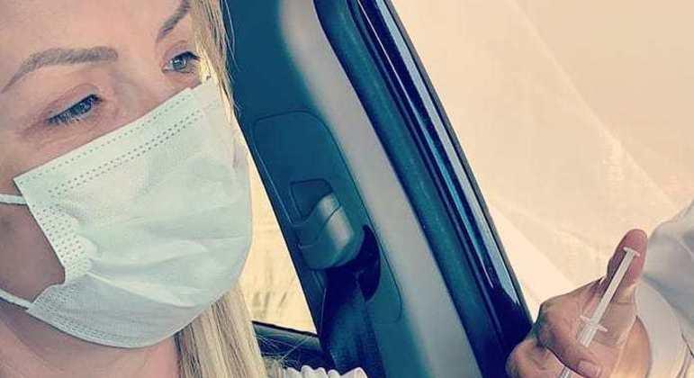 Apresentadora celebrou imunização em publicação nas redes sociais