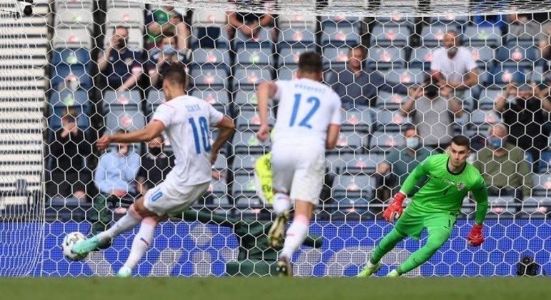 O pênalti batido por Schick, da República Tcheca, agora três gols, o artilheiro desta Euro2020