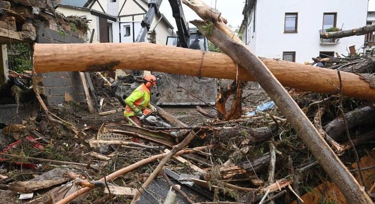 Casas foram demolidas, paredes arrastadas e telhados arrancados