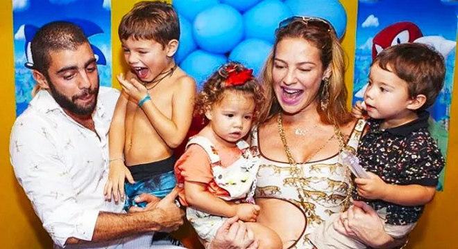 Scooby, Luana e os filhos  Dom, 7 anos, e os gêmeos Liz e Bem, 3,