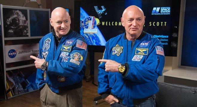 Scott Kelly (à esquerda) com seu irmão gêmeo Mark