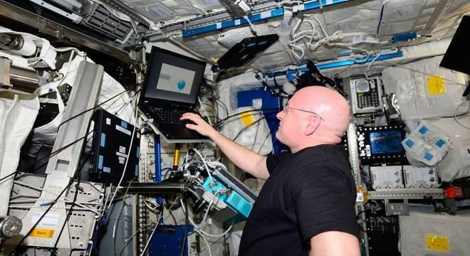 Astronauta Scott fazendo bateria de exames em órbita