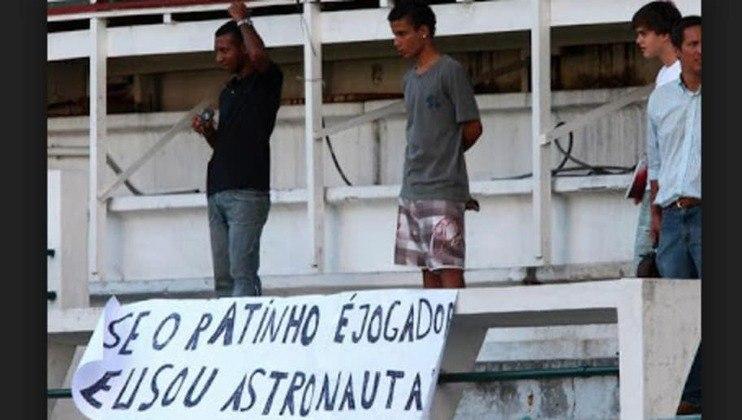 'Se o Ratinho é jogador eu sou astronauta': após goleada sofrido para o Santos, torcedores do Fluminense levaram cartaz contra o lateral Eduardo Ratinho em 2009.