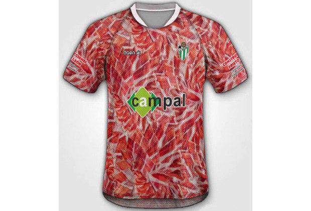 Se pode mostrar carne humana, por que não fazer uma camiseta com estampa de presunto? Camisa do clube Deportivo Guiluejo