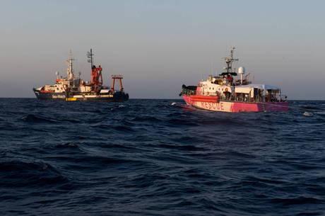 Navio recebe autorização para atracar na Itália