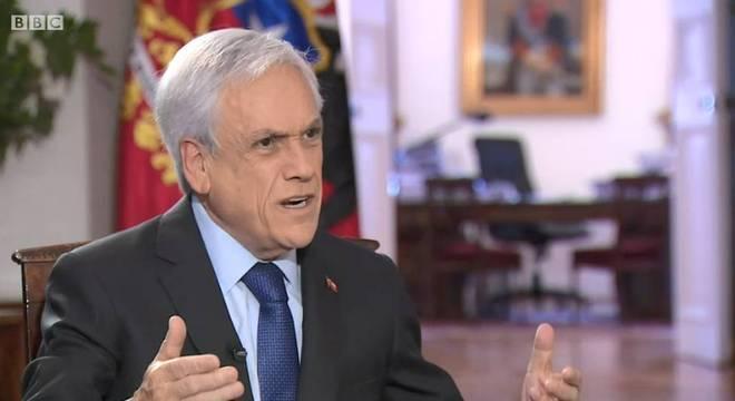 É claro que vou continuar no cargo ao fim de meu mandato, diz Piñera à BBC
