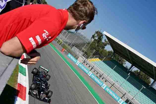 Sebastian Vettel acompanha Lewis Hamilton cruzar a curva Parabólica em Monza neste sábado
