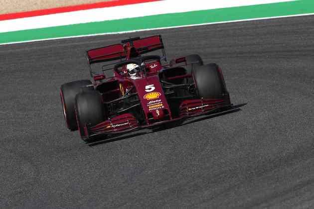 Sebastian Vettel, com as novas cores da Ferrari, acelera em Mugello