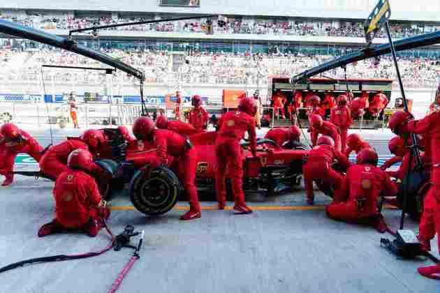 Sebastian Vettel nos boxes da Ferrari. Alemão voltou a fazer corrida decepcionante