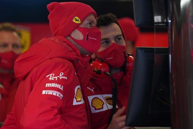 Sebastian Vettel, piloto da casa, pegou um pouco de chuva e saiu para acenar para os poucos fãs nas arquibancadas centrais de Nürburgring