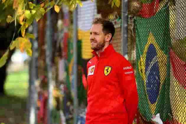 Sebastian Vettel posou para fotos no memorial. O alemão jamais escondeu a admiração por Senna