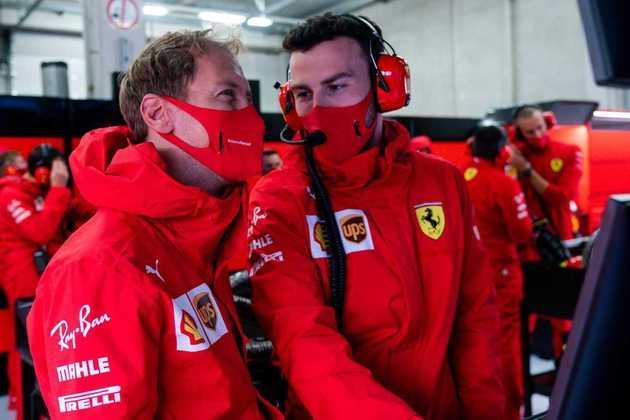 Sebastian Vettel trabalha com a Ferrari antes de ir para a pista neste sábado
