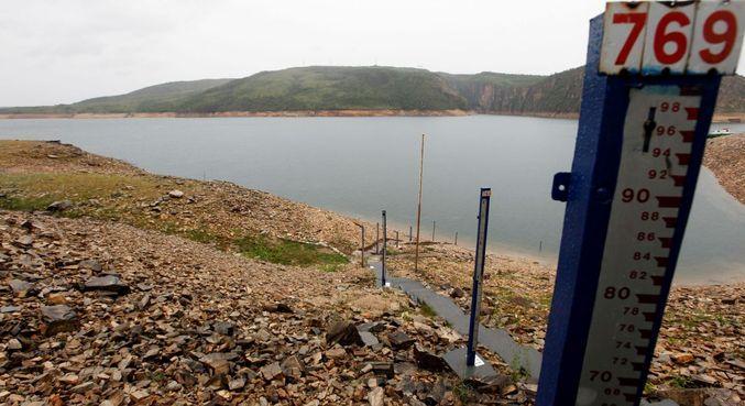 Instrumento para medição do nível d'água na barragem da usina hidrelétrica de Furnas