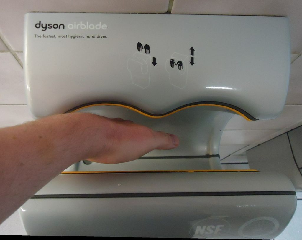 Secador de banheiro assopra bactérias das fezes nas mãos