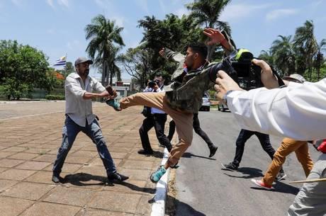 Sede da embaixada é dominada por chavistas