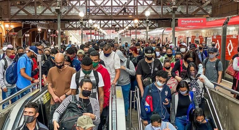 Sem distanciamento social, passageiros enfrentam lotação em trens e plataformas de SP
