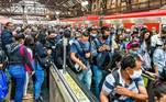 O Centro de Contingenciamento de Coronavírus de São Paulo recomendou ao governo do estado um escalonamento no horário de entrada no trabalho para funcionários do comércio, indústria e serviços. Entretanto, o que se vê nas estações de trens e metrô são as aglomerações que elevam o risco de contágio