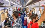 O Estado de São Paulo vive, nesta terça-feira (13), o segundo dia da fase vermelha, um pouco menos restritiva do que a emergencial, que ficou em vigor até domingo (11). Os usuários de transportes públicos enfrentam mais um dia de superlotação. Na estação Barra Funda do metrô, na capital paulista, passageiros se expõem a riscos no trajeto para o trabalho
