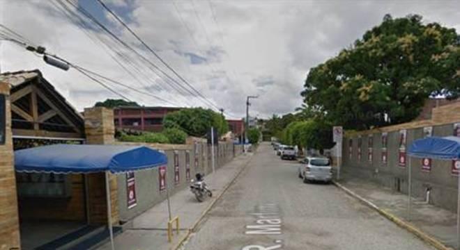 Segundo informações preliminares da Polícia Civil, quatro homens a bordo de dois veículos tentaram roubar um outro carro na rua do colégio