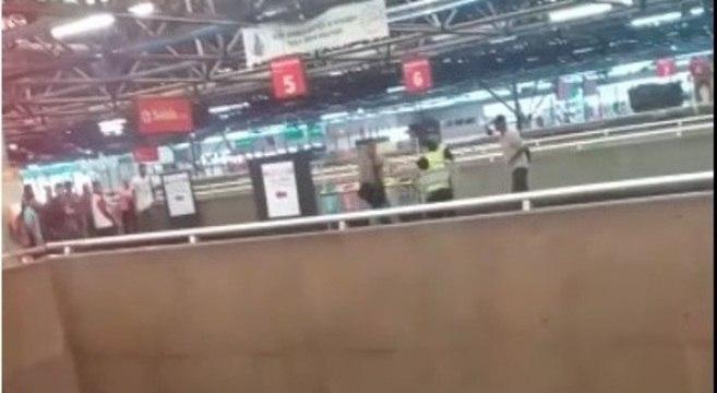 Vídeo gravado por outros passageiros mostrou momento da briga