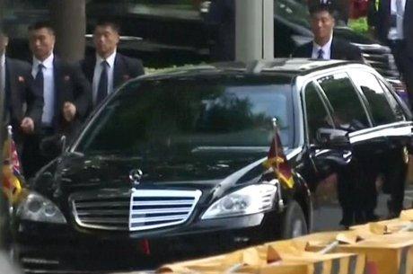 Seguranças escoltam carro de Kim Jong-un em Cingapura