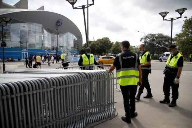 Seguranças também organizam grades para delimitar espaço dos torcedores do Paris Saint-Germain