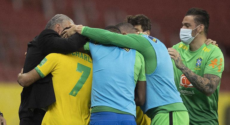 Richarlison comemora gol do Brasil contra o Equador pelas Eliminatórias