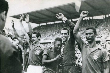 Gylmar (centro) comemora título mundial de 1958
