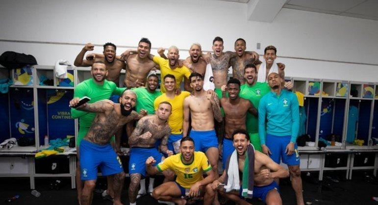 Seleção comemora nos vestiários a vitória contra a Colômbia. Time vibrou muito
