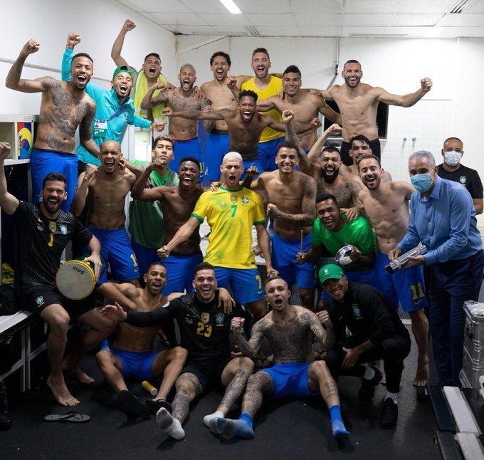 Seleção brasileira comemora, e muito, a chegada à final da Copa América. Tite no reco-reco