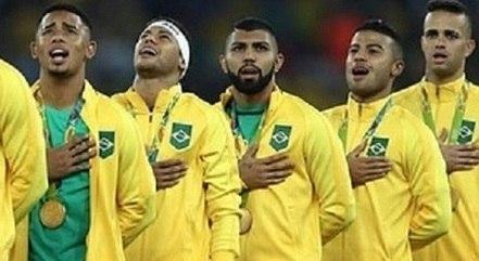 Jogadores da seleção brasileira durante a execução do Hino Nacional