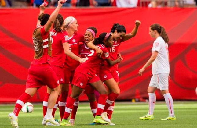 Seleção do Canadá vibra ao marcar um gol contra o Japão, na partida que terminou em empate
