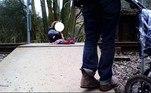 Uma família foi acusada de negligência por internautas após colocar a própria filha pequena sentada no trilho de trem para tirar uma foto, na segunda-feira (5). O momento chocante foi registrado emGwynedd, no País de Gales, uma das principais regiões do Reino Unido
