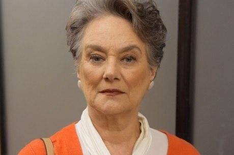 Selma interpreta a viúva Norma, avó de Tobias e Fernanda