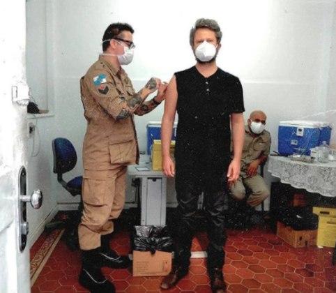 Selton Mello foi vacinado contra acovid-19no dia 30 de junho. O ator e diretor de 48 anos foi imunizado em um posto de saúde localizado no Primeiro Grupamento de Bombeiros Militar, de Humaitá, no Rio de Janeiro.Junto a foto, Selton emocionou seguidores com o que tinha a dizer a respeito dos danos provocados pela pandemia