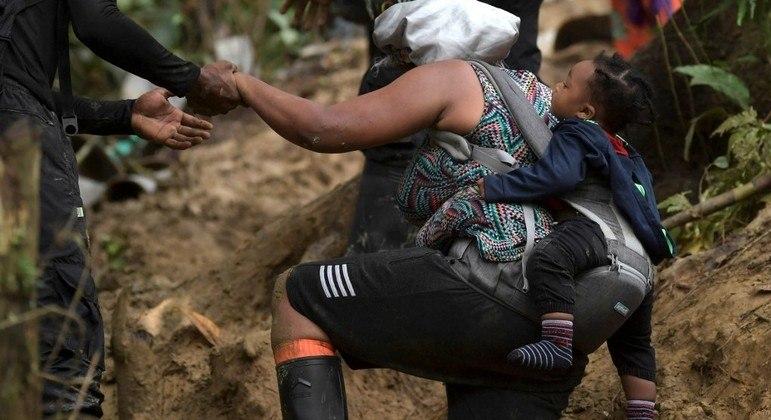 Imigrante haitianos atravessam a selva de Darien com esperança de conseguir chegar nos EUA