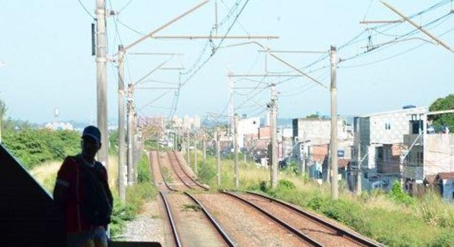 Sem a confirmação do horário de retorno dos trens, previsto para esta quinta-feira (18), usuários reclamam da superlotação e da falta de ônibus extras