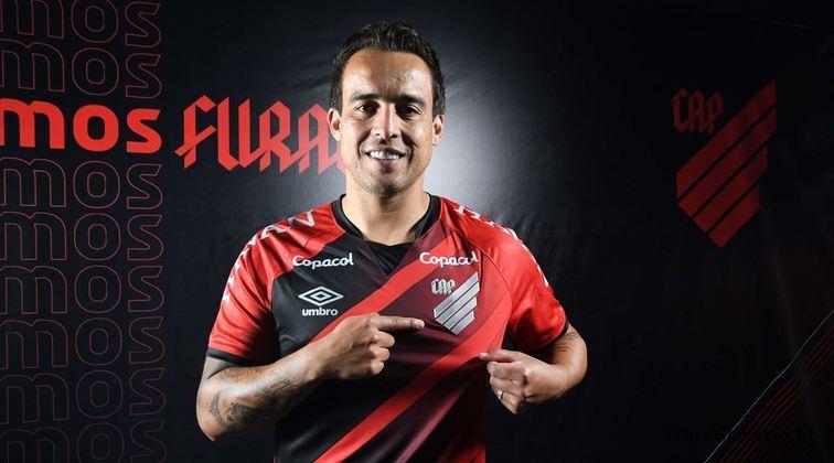 Sem jogar desde 2019, Jadson assinou contrato com o Athletico-PR até maio de 2021. O meia teve uma passagem pelo Furacão em 2004, quando foi vice-campeão brasileiro.