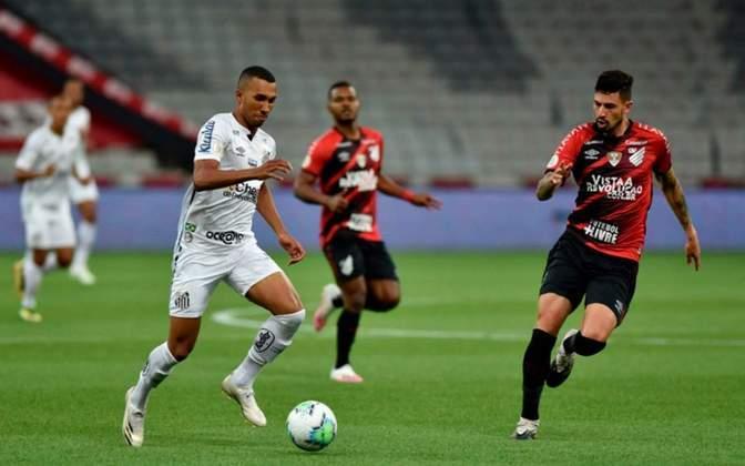 Sem nenhum grande destaque diante do Athletico-PR, o Santos só não perdeu por placar maior graças ao goleiro John, muito exigido pela maneira defensiva com que a equipe atuou
