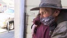 Menina faz doação para sem-teto que devolveu a carteira de sua avó