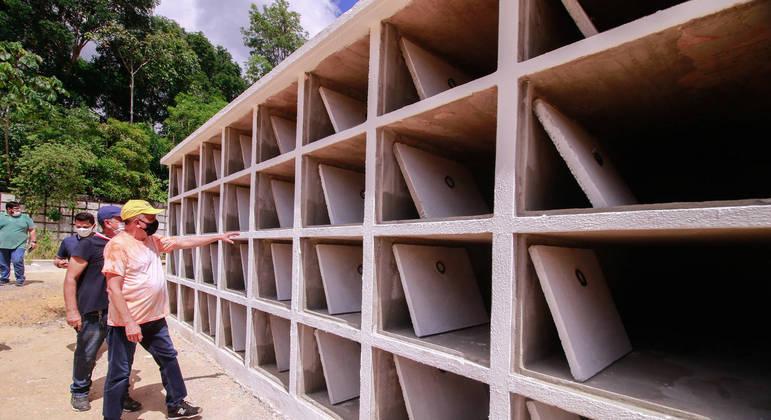 Cemitério de Manaus abre novas urnas para mortos pela covid-19 na cidade