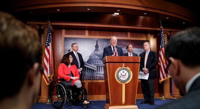 Líderes do Senado anunciam projeto de lei que limita poder de Trump