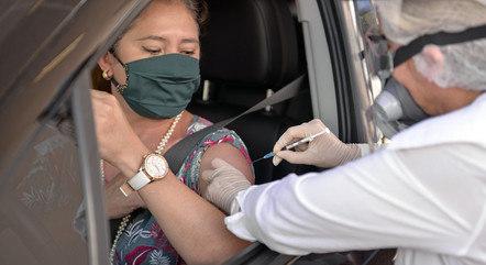 Cidades estudam drive-thru para imunização contra a covid