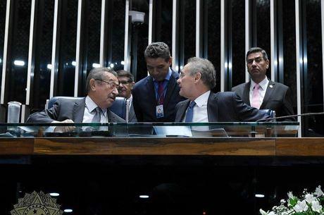 Senadores Maranhão e Renan conversam na mesa diretora