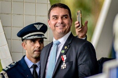 Flavio Bolsonaro é acusado de fazer 'rachadinhas'