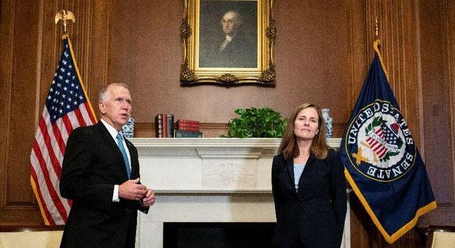 Senador Thom Tillis ao lado da juíza indicada por Trump, Amy Coney Barrett
