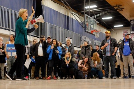 senadora Elizabeth Warren fala a eleitores em Iowa