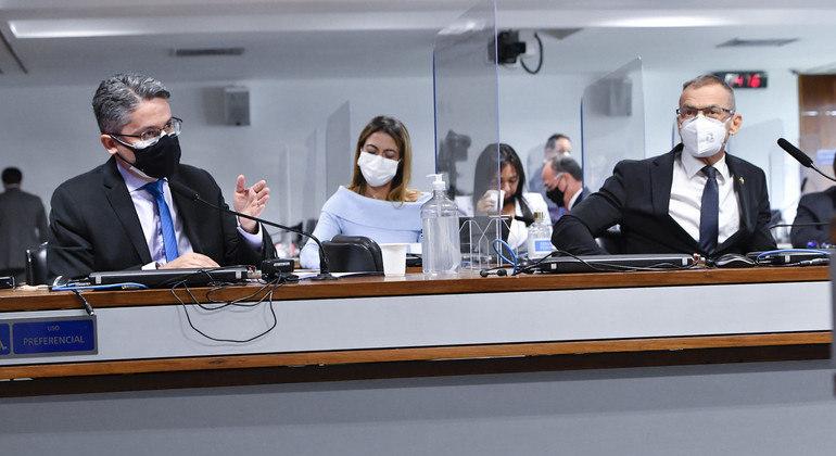 Os senadores Alessandro Vieira (esq.) e Fabiano Contarato acusam Augusto Aras de prevaricação