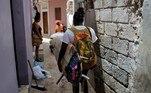 Os residentes de Ngor se acostumaram a ver Sambe carregando sua prancha pelos becos que levam à costa. Nos últimos meses, ela passou a morar em uma casa com vista para o oceano, usada base durante uma visita da mentora e fundadora da