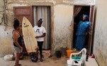 Sambe é uma Lebou orgulhosa, uma etnia que tradicionalmente vive à beira-mar, mas quando adolescente seus pais se recusaram a deixá-la surfar por dois anos e meio, dizendo que isso envergonhava a família.